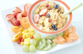Мюслі на сніданок з ягодами, є корисно і смачно