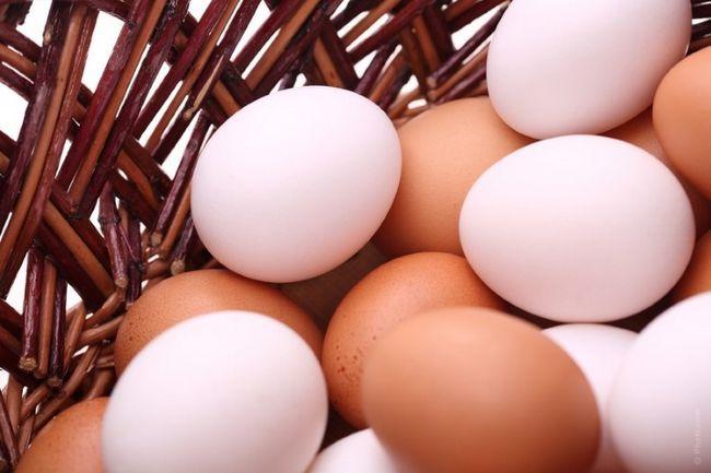Яйця в плетеному кошику