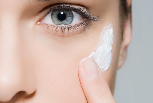 Нанесення крему від зморшок навколо очей