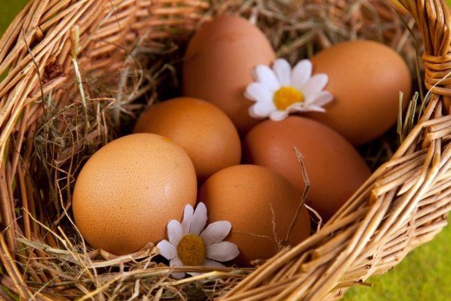 Яйця і квіти в кошику